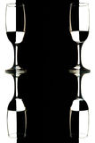 Vidros de vinho transparentes no fundo preto e branco com reflexão Fotografia de Stock Royalty Free