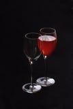Vidros de vinho um com vermelho foto de stock
