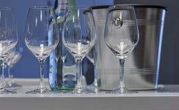 Vidros de vinho vazios com o close up da cubeta de gelo Fotografia de Stock Royalty Free