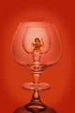 Vidros de vinho vazios em um fundo vermelho Fotos de Stock Royalty Free