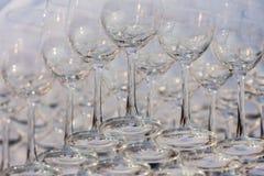 Vidros de vinho vazios, fim acima da fileira de vidros vazios no restaurante Foto de Stock