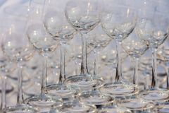 Vidros de vinho vazios, fim acima da fileira de vidros vazios no restaurante Imagem de Stock
