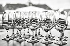 Vidros de vinho vazios na fileira na tabela Fotografia de Stock Royalty Free