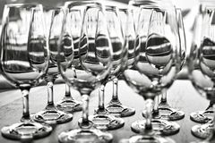 Vidros de vinho vazios na fileira na tabela Imagem de Stock Royalty Free