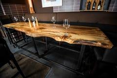 Vidros de vinho vazios na tabela da laje no restaurante Fotos de Stock