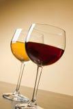 Vidros de vinho vermelho e branco na tabela Imagens de Stock Royalty Free