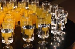 Vidros descartáveis com bebidas Imagens de Stock