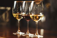 Vidros do branco e do vinho tinto no contador da barra Imagem de Stock Royalty Free