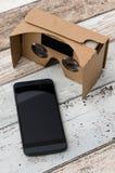 Vidros do cartão da realidade virtual Forma facil olhar filmes em 3 Fotos de Stock Royalty Free