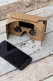 Vidros do cartão da realidade virtual Forma facil olhar filmes em 3D Fotos de Stock Royalty Free