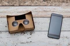 Vidros do cartão da realidade virtual Forma facil olhar filmes em 3D Foto de Stock Royalty Free