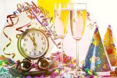 Vidros do champanhe com a fita encaracolado em brilhante fotos de stock