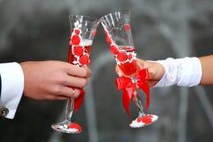 Vidros do champanhe da terra arrendada da noiva e do noivo Brinde de Champagne Vidros do casamento em suas mãos Fotos de Stock Royalty Free