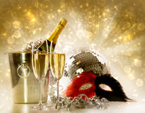 Vidros do champanhe de encontro ao fundo festivo Foto de Stock