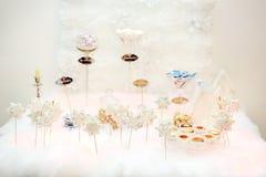 Vidros do champanhe do casamento nenhuns uma tabela branca Fotografia de Stock