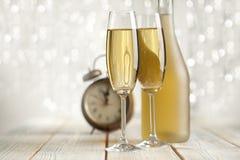 Vidros do champanhe e do despertador Fotografia de Stock