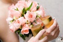 Vidros do champanhe e do ramalhete cor-de-rosa Foto de Stock Royalty Free
