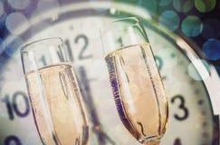 Vidros do champanhe e do pulso de disparo, opinião do close-up Fotografia de Stock Royalty Free