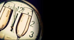 Vidros do champanhe no fundo do pulso de disparo Fotos de Stock