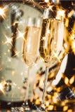 Vidros do champanhe no fundo do pulso de disparo Foto de Stock Royalty Free