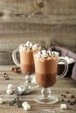 Vidros do chocolate quente com os marshmallows no backgr de madeira cinzento Fotografia de Stock
