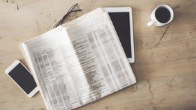 Vidros do copo de café da tabuleta do telefone celular do jornal na tabela de madeira fotos de stock royalty free