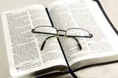 Vidros do olho do whit da Bíblia. Imagens de Stock Royalty Free