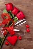 Vidros do ramalhete e do champanhe das rosas do dia de Valentim Imagem de Stock