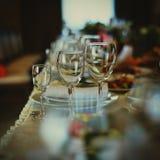 Vidros do ` s do casamento na tabela Imagem de Stock Royalty Free