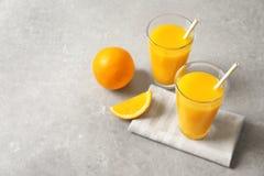 Vidros do suco de laranja e de frutos frescos Fotos de Stock Royalty Free