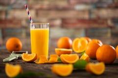 Vidros do suco de laranja orgânico fresco Fotografia de Stock