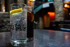 Vidros do t?nico e da cola em um bar irland?s imagens de stock