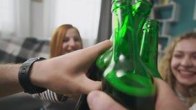Vidros do tim-tim das garrafas no partido da cerveja video estoque