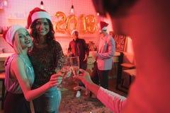 Vidros do tinido dos amigos do champanhe Foto de Stock Royalty Free