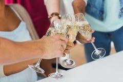 Vidros do tinido dos amigos do champanhe no partido Fotografia de Stock