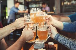 Vidros do tinido dos amigos com cerveja Fotos de Stock Royalty Free