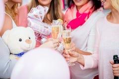 Vidros do tinido dos amigos no partido de festa do bebê Foto de Stock Royalty Free