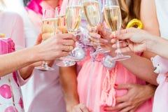 Vidros do tinido dos amigos no partido de festa do bebê Fotos de Stock Royalty Free