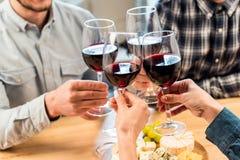 Vidros do tinido dos amigos do vinho Imagem de Stock