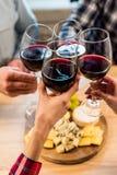 Vidros do tinido dos amigos do vinho Fotografia de Stock