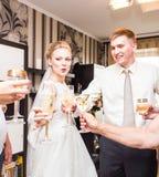 Vidros do tinido dos convidados do casamento Fotografia de Stock