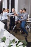 Vidros do tinido dos empresários do champanhe Imagem de Stock Royalty Free