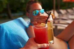 Vidros do tinido dos pares com cocktail Foto de Stock