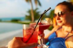 Vidros do tinido dos pares com cocktail Imagem de Stock Royalty Free