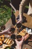 Vidros do tinido dos povos do vinho Fotos de Stock