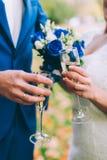 Vidros do tinido dos recém-casados Fotografia de Stock Royalty Free