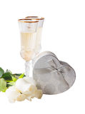 Vidros do vinho branco, das rosas brancas e da caixa de presente de prata Imagem de Stock Royalty Free