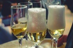 vidros do vinho do champanhe na tabela em um close up da celebração do casamento fotos de stock royalty free