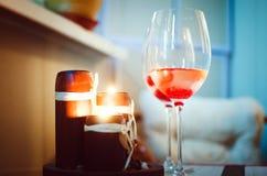 Vidros do vinho e de velas iluminadas Cenário romântico foto de stock