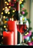 Vidros do vinho tinto com decoração do Natal Imagem de Stock